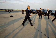 Hoher Besuch: US-Außenminister John Kerry ist am Sonntagfrüh in Wien eingetroffen. Er landete in den frühen Morgenstunden am Flughafen Wien. Kerry will am Sonntag in Wien an einem Außenministertreffen im Rahmen der Iran-Atomgespräche teilnehmen. Mehr Bilder des Tages: http://www.nachrichten.at/nachrichten/bilder_des_tages/cme10133,1098440 (Bild: Reuters)