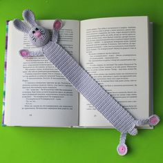 Best 12 Kitap okumak hi bu kadar sevimli olmamt SkillOfKing. Crochet Bookmark Pattern, Easter Crochet Patterns, Crochet Bookmarks, Crochet Books, Crochet Bunny, Crochet Gifts, Crochet Motif, Felt Bookmark, Crochet Chain