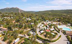 Aan de Côte d'Azur, in het hart van het Massif de l'Esterel, op 3 km van het strand van Agay ligt Esterel Caravaning, een ontspannen en familiegerichte camping.  Bedacht en zorgvuldig ontworpen als een charmant Provençaals dorp in een bloemrijke park van 15 hectare. Hier geniet men van de leefruimte, comfortabel, afgestemd op alle wensen en perfect uitgerust. Een uitstapje naar de bekendste badplaats St. Tropez mag niet ontbreken.  Officiële categorie *****