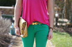 Blusa de silueta semiajustada, pantalón verde y cartera dorada.