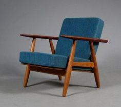 H. J. Wegner. Hvilestol, Cigaren, med stel af massivt egetræ, armlæn af teaktræ, løse hynder betrukket med originalt blåligt uld. Formgivet i 1955. Fremstillet hos Getama, model GE-240.