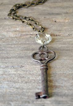 The Princess Key Vintage Skeleton Key Necklace by Keytiques Adding the chandelier crystal brilliant Wire Jewelry, Jewelry Crafts, Beaded Jewelry, Handmade Jewelry, Jewelry Necklaces, Diy Schmuck, Schmuck Design, Vintage Keys, Vintage Jewelry