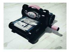 Troqueladora Big Shot!! y la tenemos disponible en nuestra tienda para que la probéis.  Con ella se puede cortar rápido y fácil papel, fieltro, goma eva, cartulina, etc, etc. Se pueden hacer diferentes formas, estampar en relieve y muchas cosas más!!  Si quieres aprender como funciona, hacer alguna manualidad o simplemente verla, te esperamos en ICLIP!! -------------------------------------------------------