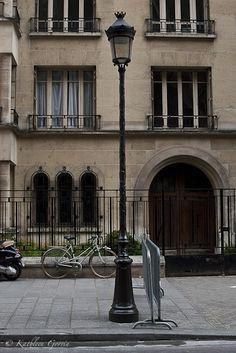 """""""Farola y bicicleta"""" Fotografía tomada en París, Francia. 2011"""