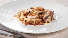 Vamos a ver la receta de Bruno Oteiza de fideuá marinera: una buena paella de fideos con gambas, mejillones, almejas y por supuesto algunas hortalizas, un buen fideo y un gran caldo
