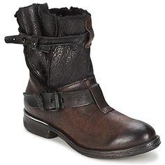 Gardez vos pieds au chaud dans ces boots fourrées signées AirStep ! Du style, de la chaleur et du confort, tels sont les atouts de ce modèle résolument tendance, avec son cuir à deux textures. - Couleur : Marron - Chaussures Femme 199,20 €