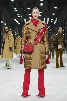 Moncler 2 1952 Fall 2019 Ready-to-Wear Fashion Show Collection: See the complete Moncler 2 1952 Fall 2019 Ready-to-Wear collection. Look 5 Moncler, Autumn Winter Fashion, Fall Winter, Runway Fashion, Womens Fashion, Milan Fashion, Ladies Fashion, Vogue Russia, Tartan