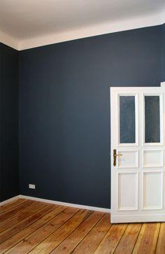 Berliner Altbau: Weiß kombiniert mit Farbe Stiffkey Blue No 281 von Farrow & Ball