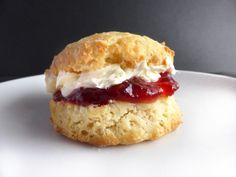 Recipe for that traditional British bake - the classic plain scone! These are quick to make, and can be warm on your plate in 20 minutes! Victoria Sponge Recipe, Queens Food, Lentil Soup, Coriander, Tasty Dishes, Scones, Baked Goods, Baking Recipes, Tea Time