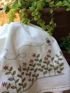 Hand Embroidery Patterns cute bee - - - A free tea towel pattern! Towel Embroidery, Embroidery Applique, Cross Stitch Embroidery, Embroidery Thread, Machine Embroidery Projects, Hand Embroidery Designs, Geometric Embroidery, Applique Designs, Embroidery Ideas