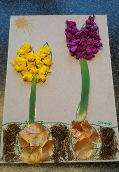 Lentebloemen knutselen. Met koffiedrap als grond, uienschillen als bol, prei als stengel en crêpe papier voor de bloemblaadjes.
