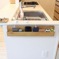 女性で、3LDKのディスプレイ/シンプルライフ/マンションインテリア/シンプル/マンション…などについてのインテリア実例を紹介。「キッチンの横に設置した、充電+小物一時置き場。 人が毎日とおるから床置きせず、薄型で壁掛けのものを探しました❢ 」(この写真は 2017-03-16 14:20:40 に共有されました)
