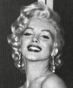 May Marilyn Monroe at Walter Winchell's birthday party held at Ciro's Nightclub in Hollywood. Classy Aesthetic, Bad Girl Aesthetic, Aesthetic Vintage, Aesthetic Photo, Aesthetic Pictures, Aesthetic Collage, Aesthetic Drawing, Blue Aesthetic, Aesthetic Fashion