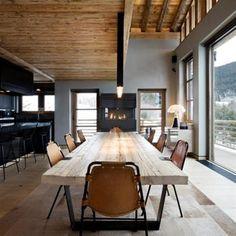 Salle à manger avec grande table en bois massif et piétement acier