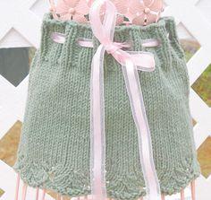 Esta es la versión en Español de este patrón!:)  Este patrón es para una falda de bebé dulce, con un borde de encaje y lazo de la cinta... Requiere solamente una madeja de melocotones y crema algodón, así que si tienes una madeja, sobra, es el patrón para él!  Habilidades necesarias: tejer en redondo, YO, SSK, K2tog, puntilla, P2tog. Materiales necesarios: 1 madeja, 70,9 gramos, duraznos y crema, 100% algodón, hilado de lana peso (calibre 4 STS. = 1.) Tamaño 7 (4.5 mm), 24 aguja Circular...