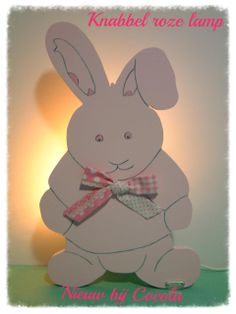 Babykamer/kinderkamer wandlamp. Deze unieke houten lamp als konijn Knabbel is op de hand vervaardigd en geschilderd (is ook mogelijk te verkrijgen met muziek speeldoosje tegen meer prijs). Liefelijk voor de babykamer en van zeer hoge kwaliteit.  Materiaal Verf van sigma acrylis watergedragen. Hoogte = 40 cm Breedte = 24 cm. Stekker met schakelaar/ fitting E14/ CE gekeurd, alleen geschikt voor LED verlichting (ONLY LED)