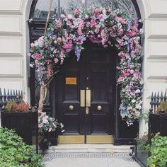 Blomsterdekorasjon: Londons fineste inngangsparti - hageterapi Hygge, Armoire, London, Home Decor, Clothes Stand, Decoration Home, Closet, Room Decor, Reach In Closet