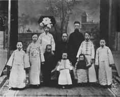 Young Emperor Puyi (standing in background) with his family. Chinese Culture, Chinese Art, Chinese Style, Old Photos, Vintage Photos, Last Emperor Of China, Qin Dynasty, China People, Falling Kingdoms