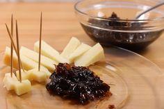 Una ricetta veloce e semplice per preparare una deliziosa confettura di cipolle per accompagnare i formaggi stagionati.