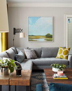 Основными цветами интерьера являются белый, серый, черный и синий, именно они объединяют все комнаты дома. Цвета в интерьер добавлены деталями декора, такими как занавески, подушки, картины.  (деревенский,сельский,кантри,традиционный,индустриальный,лофт,винтаж,стиль лофт,индустриальный стиль,мебель,архитектура,дизайн,экстерьер,интерьер,дизайн интерьера,гостиная,дизайн гостиной,интерьер гостиной,мебель для гостиной) .