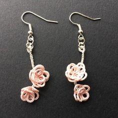 Boucles d'oreille en dentelle, tatting, frivolité à la navette fait main petites fleurs roses