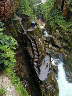 En la provincia de Tungurahua, muy cerca de la ciudad de Baños, está el Pailón del Diablo, una enorme cascada a la que se puede acceder por estas escalinatas.