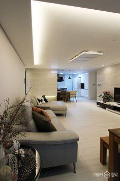 간접조명,타일마감,마루,화이트,거실 Home Design Decor, Interior Design Living Room, House Design, Home Decor, Design Ideas, House Layout Plans, House Layouts, Ceiling Decor, Ceiling Design