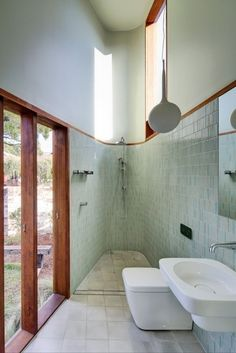 "Located on one of three blocks created in the subdivision of a large corner site, this new house by David Boyle Architect ""feels huge but sits on a relatively small site."" house Sizing up: Marrickville Courtyard House Interior Exterior, Home Interior Design, Interior Architecture, Interior Decorating, Interior Plants, Hippie Home Decor, Indian Home Decor, Bad Inspiration, Bathroom Inspiration"