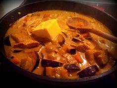 Mandelmus-Curry - Mittagessen, Abendessen - 1 Zwiebel, 50g Butter, 5 Karotten, 1 Aubergine, 1 gelbe Paprika, 1 Chilli, gemahlener Koriander, Cumin, Salz & Pfeffer, 800g Putengeschnetzeltes, Walnussgroßes Stück Ingwer, 2EL Mandelmus, 200ml Kokosmilch, 1TL Zitronengraß getrocknet, 1TL Currypulver, 4EL Kokosöl