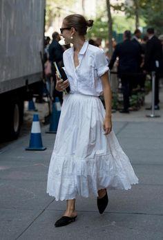 2018年春夏ニューヨーク・ファッション・ウイークの会場付近では、クラシックからアバンギャルドなスタイルまで、色使いもさまざまで、個性を引き出す自分らしいスタイリングがあふれていた。だが、よくよく見ればそれぞれのスタイルでトレンドも取り入れているのが分かる。共通するのは、透け感のある素材、ストライプシャツ、チェックブレ