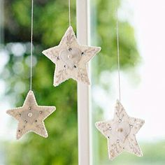 Are you bored with your Christmas tree ornaments? We offer you 20 beautiful felt Christmas ornaments ideas which you can craft by yourself. Easy Christmas Ornaments, Handmade Christmas Decorations, Christmas Angels, Simple Christmas, Christmas Diy, Felt Ornaments, Christmas Stars, Holiday Decorating, Homemade Ornaments