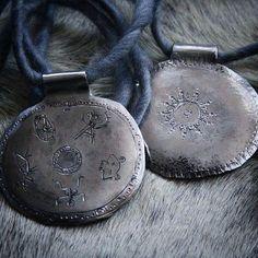 Ei taida revontulii nyt näkyy.. Otetaanks noitarummut esiin? #uniikkikorut #uniquejewelry #finnishdesign #kaulakoru #necklace  #anuek #koruseppä #kerava