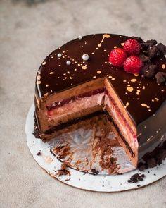 Rasberry Cake, Chocolate Raspberry Mousse Cake, Dark Chocolate Mousse, Delicious Chocolate, Chocolate Recipes, Chocolate Mouse Cake, Mirror Glaze Cake, Mirror Glaze Recipe, Chocolate Mirror Glaze