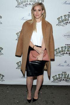 """Zur Premiere des Broadway-Stücks """"The Elephant Man"""" kam Sängerin Hilary Duff in einem Look, der beinahe auf alle Situationen übertragbar ist. Weißes Shirt,"""