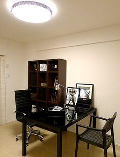F385 シンプルで解放感のある書斎 部屋の中心にデスクをレイアウトすることで、解放感のある書斎となります。 ある時は趣味や仕事に没頭、またデスクごしに向かい合わせで椅子を配置しているので、ある時は友人や家族と語れる空間にもなります。 #リビング #ベッドルーム #子ども部屋 #キッズルーム #書斎 #和室 #ダイニングルーム #インテリア #コーディネート #家づくり #インテリアアテンダント