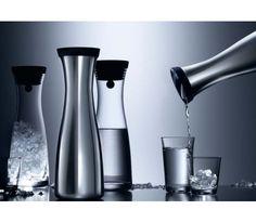 WMF - karafka do wody Basic stalowa 1 lFunkcjonalna i elegancka karafka na wodę z serii Basic. Specjalnie zaprojektowane zamknięcie otwiera się niezależnie od strony w którą pochylimy karafkę.  Naczynie to doskonale nadaje się do zimnych napojów, soków oraz wody.