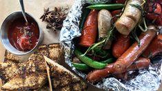 Lei av svartsvidd bålpølse? Lars Erik Vesterdal viser deg hvordan du kan gjøre grillpølsa bedre med litt ekstra grønnsaker, hjemmelaget ketsjup og en rull aluminiumsfolie.