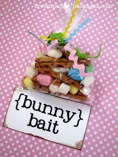 Bunny Bait mix made with Reese's Pieces Eggs, pretzel sticks, mini marshmallows, and honey roasted peanuts. Love the Ric-Rac ribbon ties!