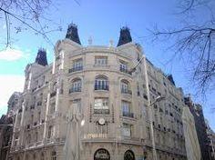 situado en la fachada del edificio de Seguros Groupama, justo enfrente del Hotel Palace.