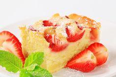 Čerstvé ovoce je v letních měsících nejlepší surovinou. Krásně voní a je úplně všude! Úžasné lehké dezerty nebo klasické bublaniny peče každý. Vyzkoušejte si náš recept na rychlou hrníčkovou buchtu s jahodami. Quesadilla, Cheesecake, Strawberry, Fruit, Food, Cakes, Decor, Decoration, Cake Makers