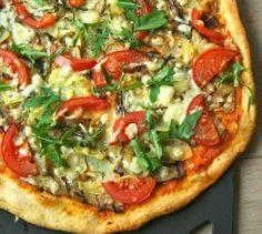 zelf de pizza bodem maken is zo veel lekkerder en niet eens moeilijk. wat tomatenpuree, kaas, verse groente en salami.. SMULLEN
