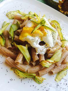 """""""Carbonara bella e sana"""" Uova in camicia su rigatoni di farro, lamelle di zucchine marinate e croccante di papavero"""""""
