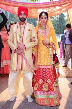Punjabi bride and groom fashion idea for Indian Sikh wedding Desi Bride, Sikh Bride, Indian Bride And Groom, Punjabi Bride, Punjabi Couple, Punjabi Suits, Indian Wedding Couple, Big Fat Indian Wedding, Sikh Wedding