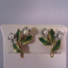 Vintage-Krementz-Faux-Pearl-Blue-Forget-Me-Not-Flower-Screw-Back-Earrings-Signed