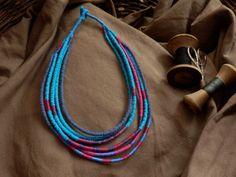 Náhrdelník+N04+Modro-růžový+náhrdelník,+ručně+šitý+z+recyklovaného+bavlněného+úpletu.+Uzávěr+-+téčko+a+očko.+Rozměr:+délka+cca+51+cm+(nataženo+od+uzávěru+k+uzávěru)+Materiál:+recyklovaný+bavlněný+úplet+a+nitě+Údržba:+čistit+lokálně+vlhkým+hadříkem,+nenamáčet