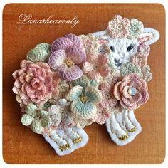 お花を纏った羊のブローチ レース編み