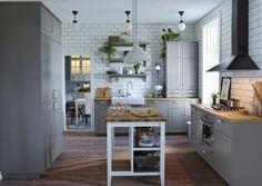 Tradycyjna, szara kuchnia z frontami BODBYN, porcelanowym zlewem i ...