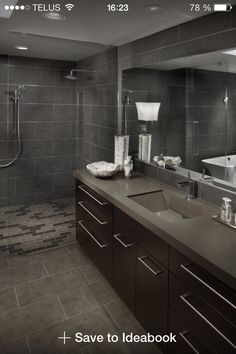 Salle de bain moderne avec grande douche en c ramique - Ceramique salle de bain photo ...