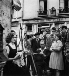 Le peintre, son modèle, les badauds place du Tertre. Paris (XVIIIème arr.), 1956. Photographie de Janine Niepce (1921-2007).
