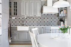 Ljust och fräscht kök från Ballingslöv med gott om förvaringsskåp och arbetsytor samt plats för matbord och stolar. Köket är utrustat med induktionshäll, exklusiv fläkt från Fjäråskupan, integrerad diskmaskin samt fullstor integrerad kyl och frys. Marockanskt kakel ovan arbetsyta samt bänkskiva i Carrera marmor